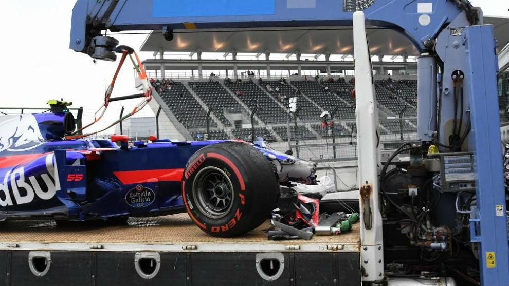 El coche de Sainz regresa a boxes en la grúa, en los libres de esta...