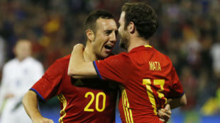Cazorla y Mata se abrazan tras el gol del jugador del Arsenal ante...