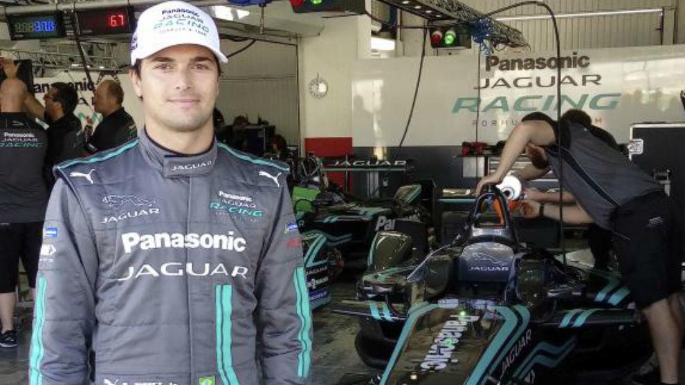 Nelson Piquet Jr. junto a su Jaguar en Cheste