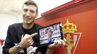 Stefan Scepovic posa para MARCA con la imagen de uno de sus goles en...