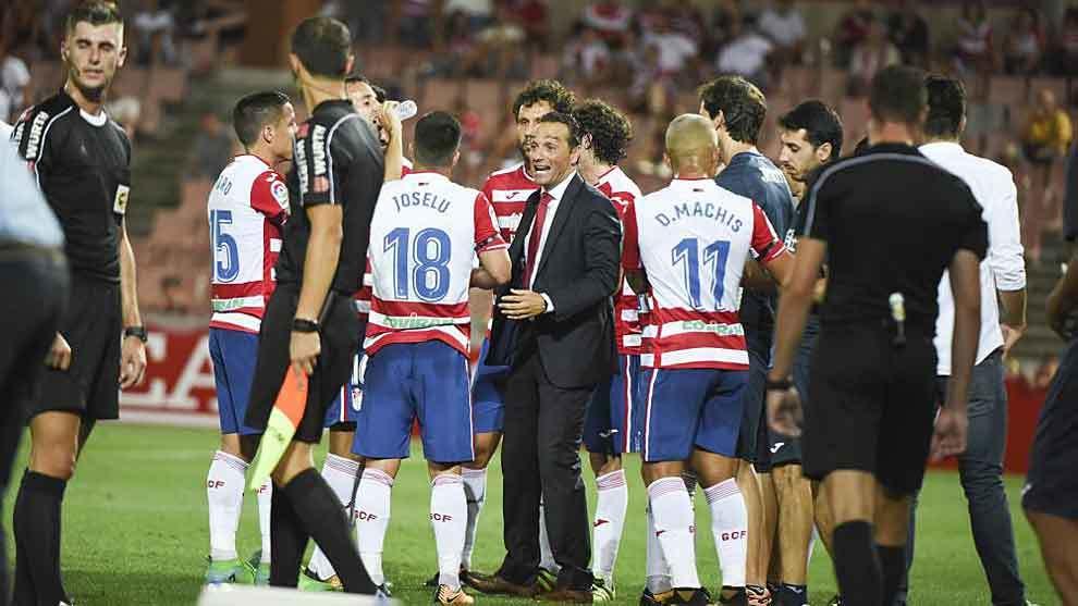 José Luis oltra, rodeado por sus jugadores en un parón para beber