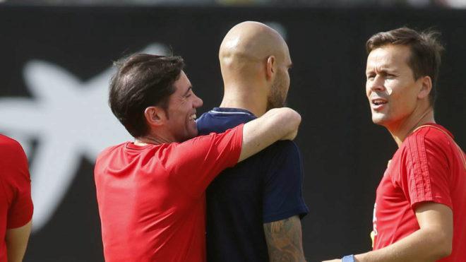 Marcelino abraza a Simone Zaza en una sesión de esta semana en...