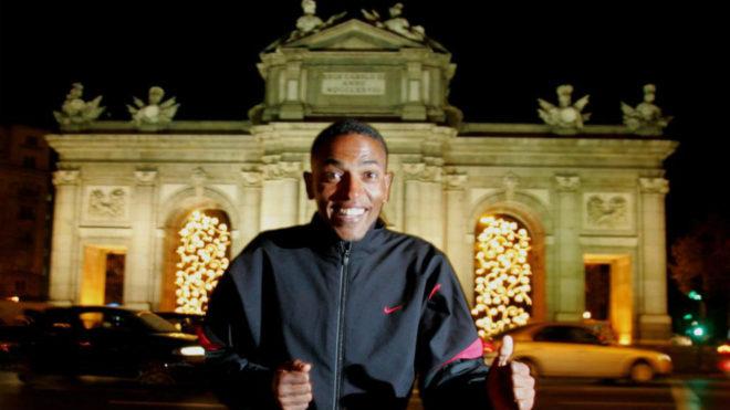 Zrsenay Tadese posa delante de la Puerta de Alcalá madrileña antes...