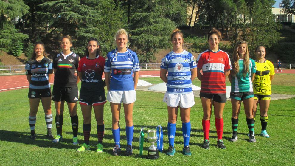 Representantes de cada equipo junto con la copa de la pasada edición.