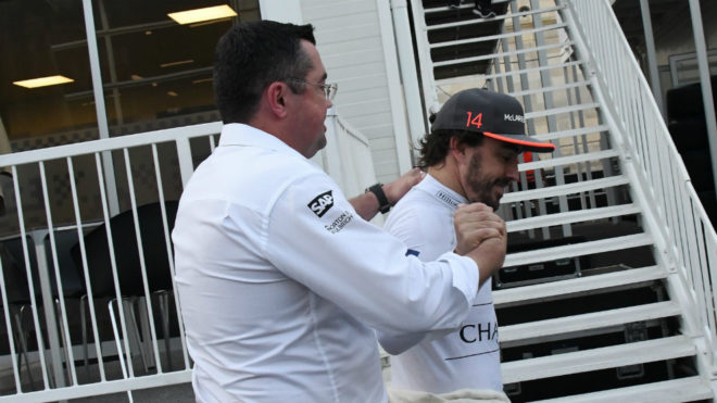 Eric Boullier saluda a Fernando Alonso.