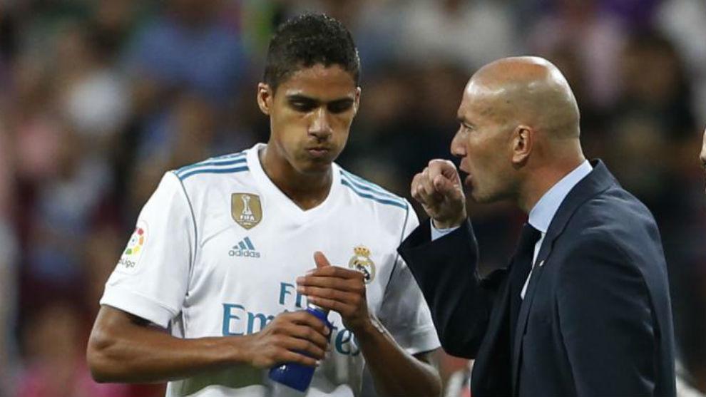 Zidane habla con Varane en el último partido de Liga ante el Espanyol