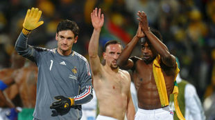 Sidney Govou, a la derecha, aplaude junto a Ribery y Lloris tras un...