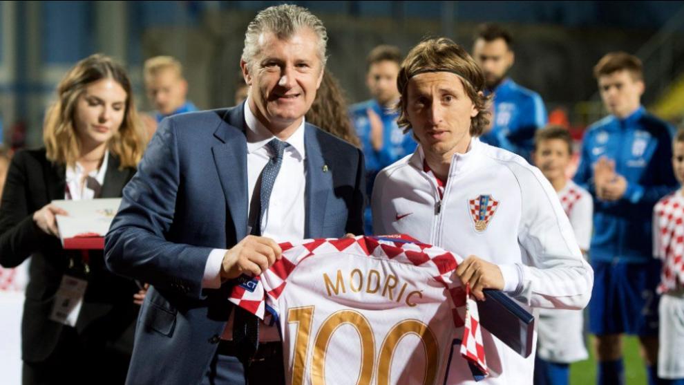 Davor Suker entrega la camiseta con el 100 a Modric