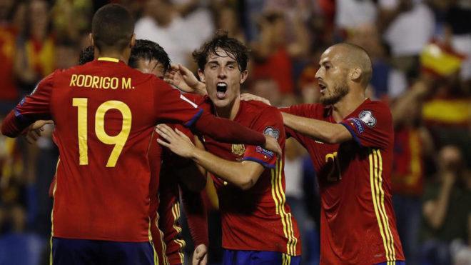 Los jugadores de la selección celebran uno de los goles ante Albania.