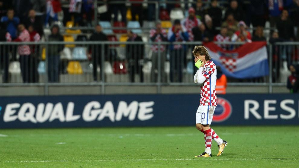 Modric se desespera tras el empate ante Finlandia