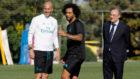 Florentino observa con Zidane el entrenamiento.