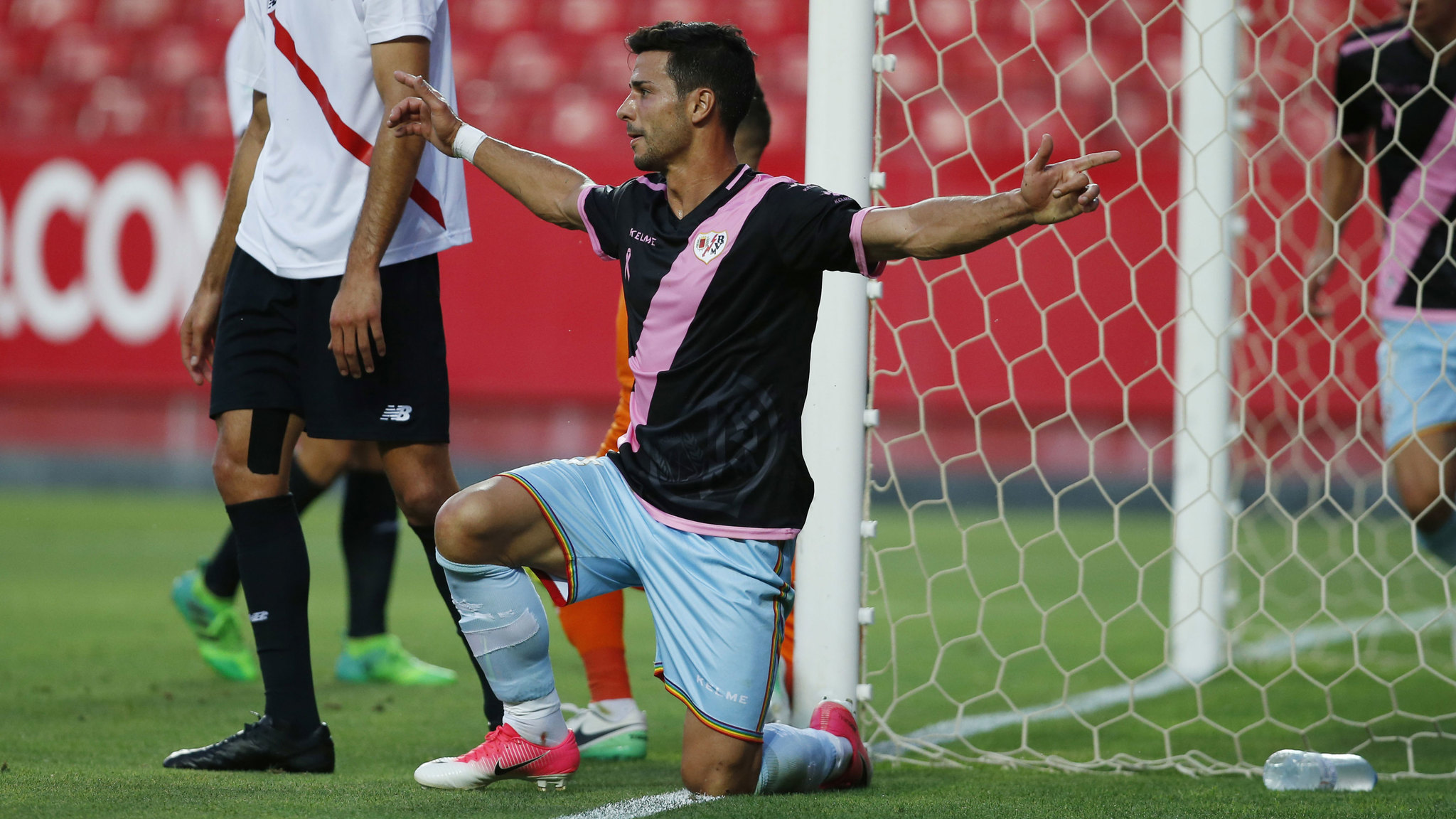 Javi Guerra en un partido con el Rayo Vallecano la temporada pasada.