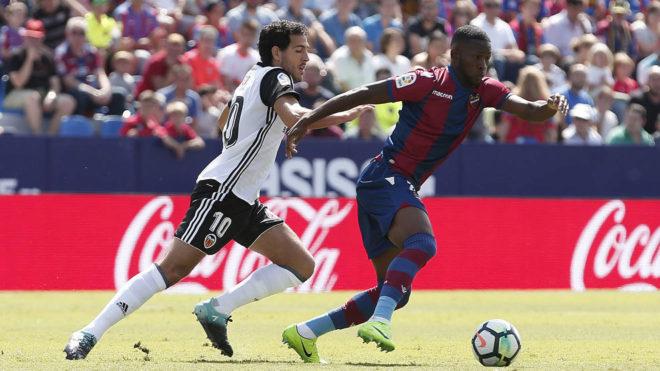 Lerma, con la camiseta del Levante, disputa el balón con Parejo.