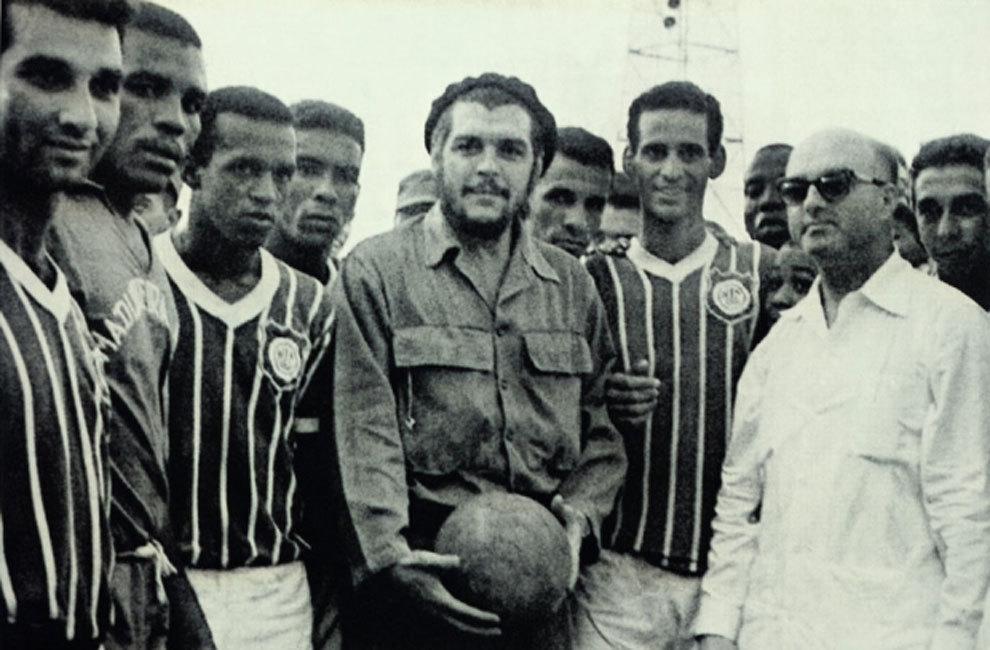 El Che Guevara posa junto al Club Deportivo Madureira brasileño, que...