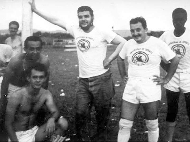 El Che Guevara, ya como Ministro de Industria de Cuba, y Alberto...