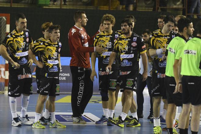 Los jugadores del Ademar, tras la derrota en León ante el Kadetten...