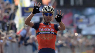 Vicenzo Nibali celebrando su victoria en el Giro de Lombardía.