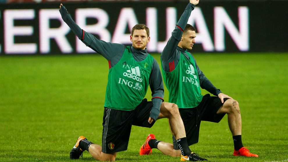 Vertonghen y Vermaelen saludan en el entrenamiento realizado en...