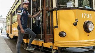 Carlos Sainz se sube a un tranvía amarillo.
