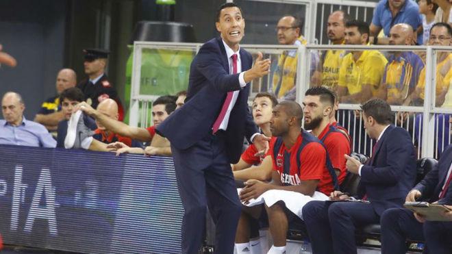 Pablo Prigioni dirige a su equipo en el Gran Canaria Arena