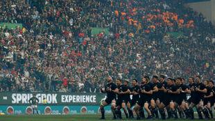 Haka de los 'All Blacks' al inicio del partido frente a...