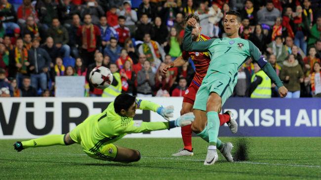 Cristiano Ronaldo bate a Josep Gomes.
