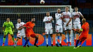 Robben, en el lanzamiento de una falta.