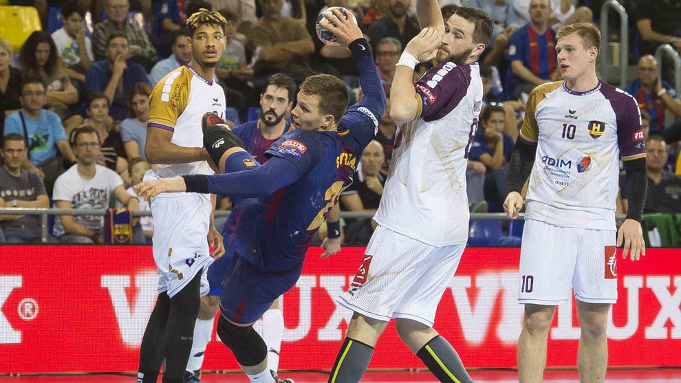 El pivote barcelonista Spryzak lanza a portería