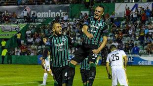 Victor Neves celebra su tanto en la goleada de Cafetaleros.