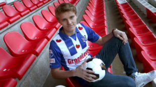 Odegaard posa con la camiseta del Heerenveen,