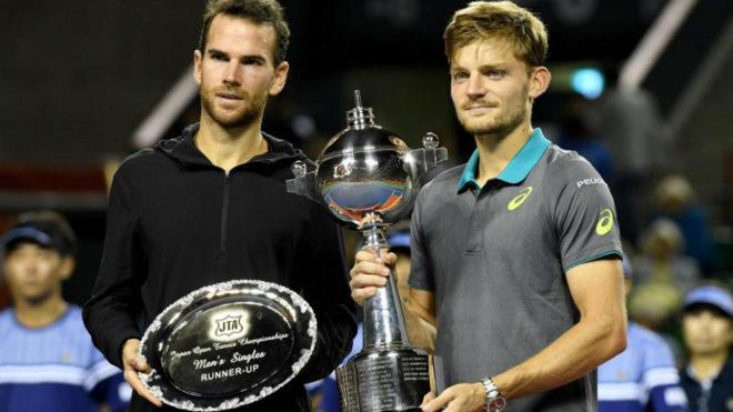 David Goffin y Adrian Mannarino con sus respectivos trofeos.