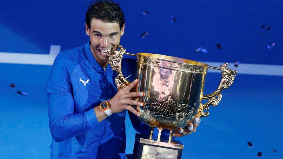 Nadal muerde el trofeo de Pekín