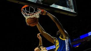 Durant, realiza un mate en el encuentro ante los Wolves.