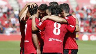 Los jugadores del Mallorca celebran uno de los goles ante el...