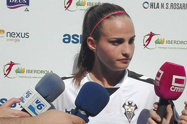 Miriam Rodríguez 'Kuki' atendiendo a la prensa tras un partido.