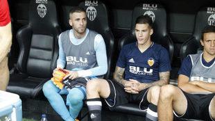 Jaume junto a Mina y Maksimovic en el banquillo.