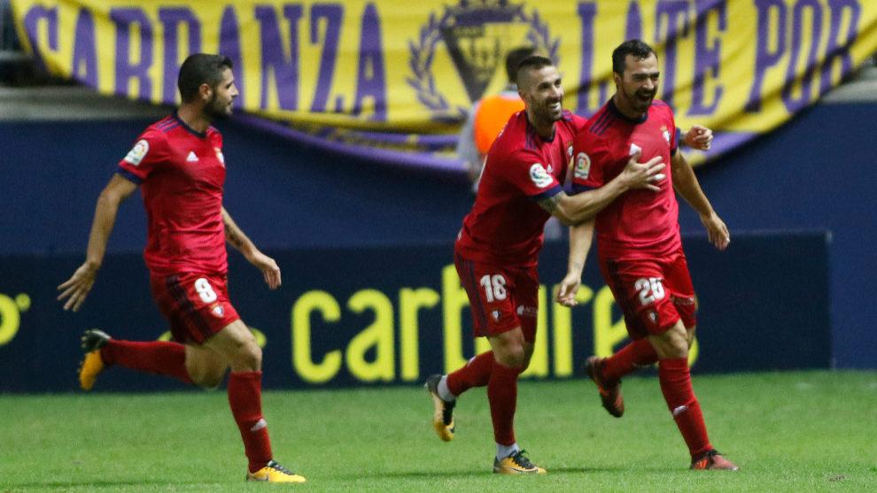 El Osasuna se coloca líder en solitario con una gran victoria en Cádiz y  tras parar su portero, Sergio Herrera, 3 penaltis en el Carranza