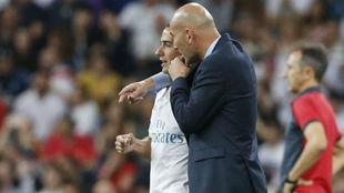 Zidane le da instrucciones a Lucas antes de salir al campo