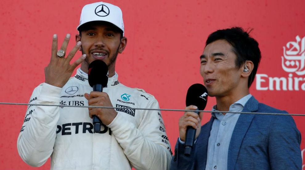 Hamilton, mostrando el anillo de ganador de la Indy que le prestó...