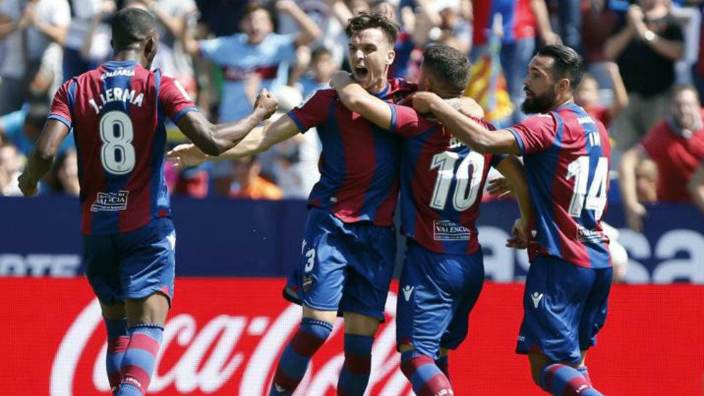 Lerma, Toño, Bardhi e Ivi celebran el gol contra el Valencia.