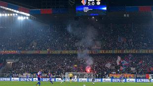 Encendido de bengalas en el partido Basilea - Benfica