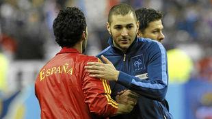 Benzema saluda a Arbeloa antes de un España-Francia.