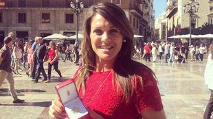 Ruth García posa con la condecoración por parte de la Generalitat.