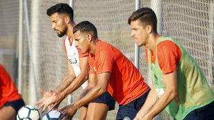 Garay, Murillo y Gabriel Paulista, en un entrenamiento con el...