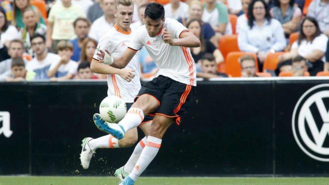 Rafa Mir golpea el balón durante un partido del filial.