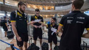 Los jugadores del Iberostar, en el aeropuerto de Tenerife.