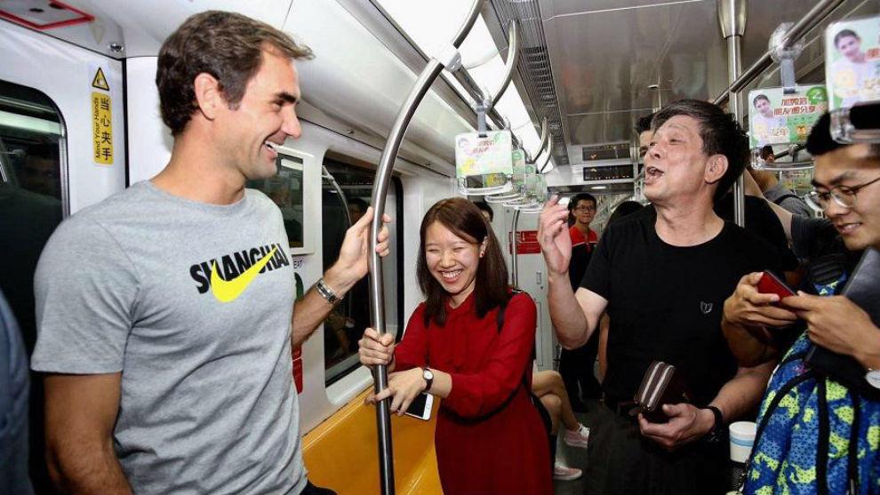 Roger Federer durante su trayecto en el metro de Shanghái.