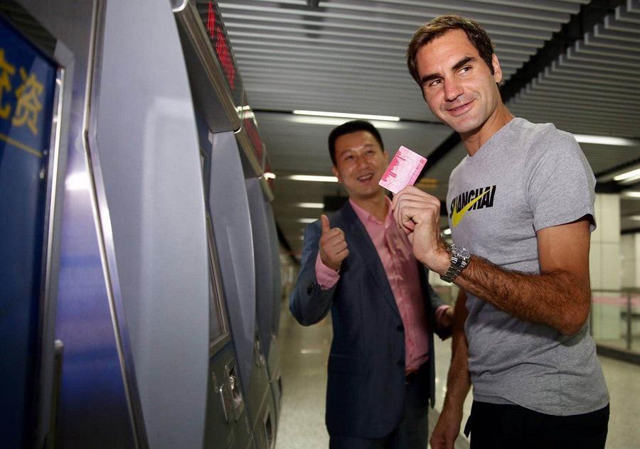 Federer mostrando el billete de entrada al medio de transporte...
