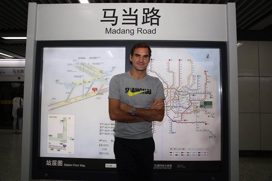Federer posando con el mapa del metro de Shanghái.