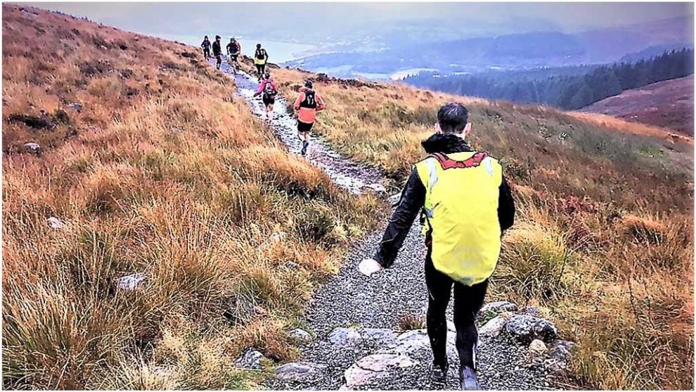 Varios corredores en el descenso de Goatfell.